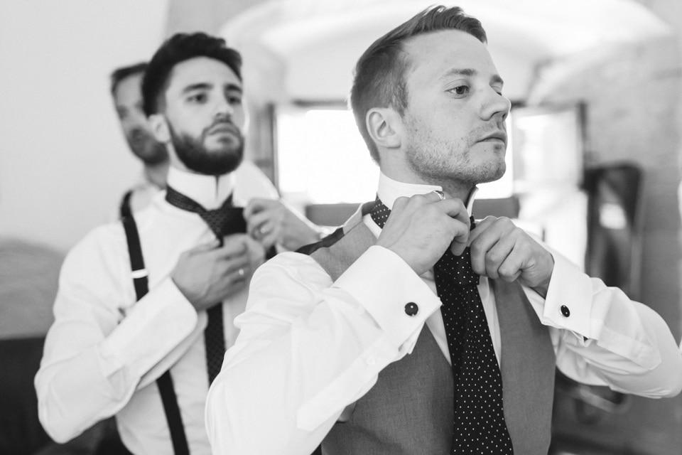 habillage du marié au chateau de chapeau cornu