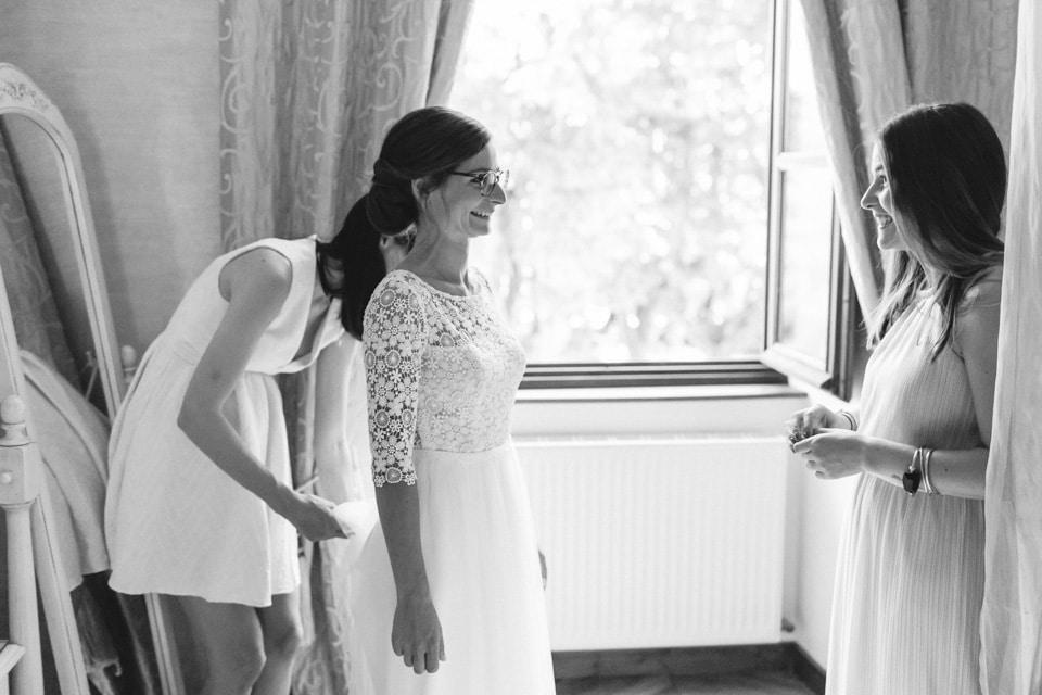 derniers préparatifs de la mariée avant de partir à l'église pour le mariage