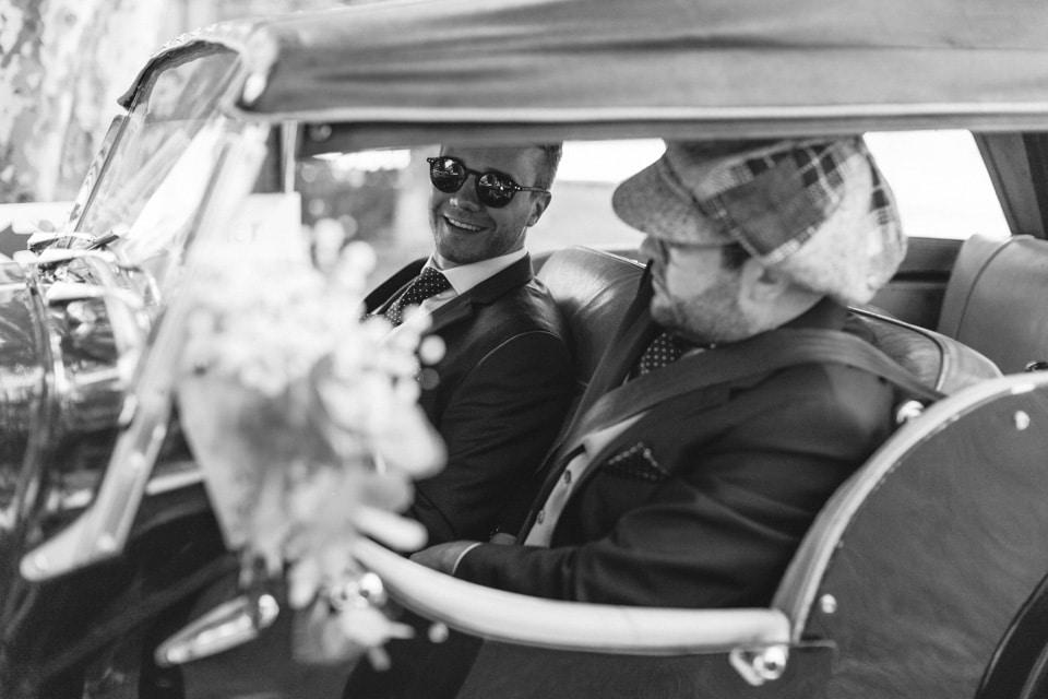 le marié dans la voiture au chateau de chapeau cornu
