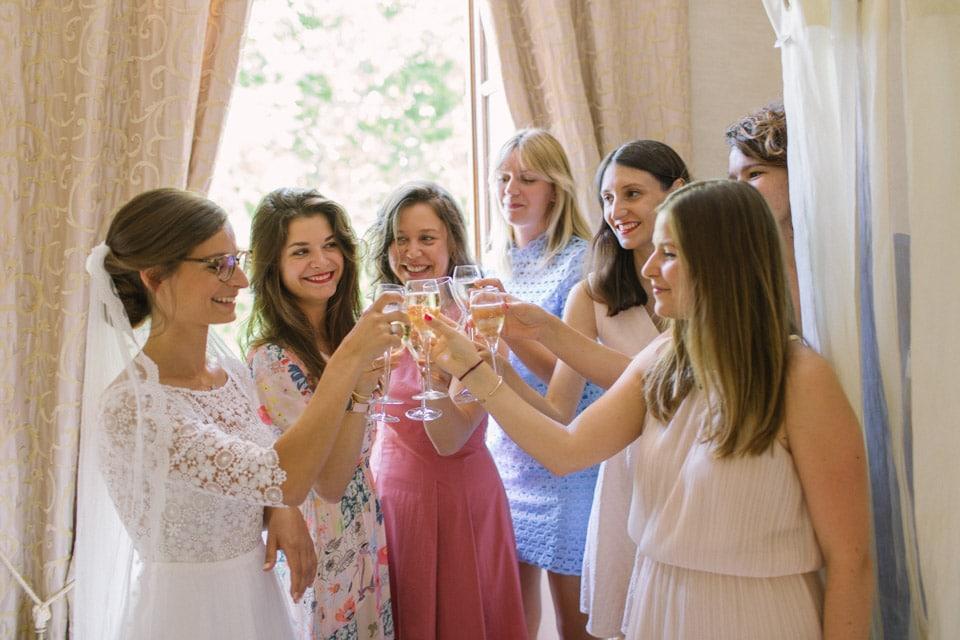 la mariée et ses amies trinquent avant la cérémonie de mariage