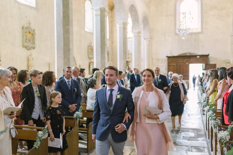 entrée des mariés église mariage chateau de chapeau cornu
