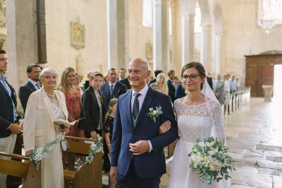 entrée de la mariée à l'abbatiale de st chef