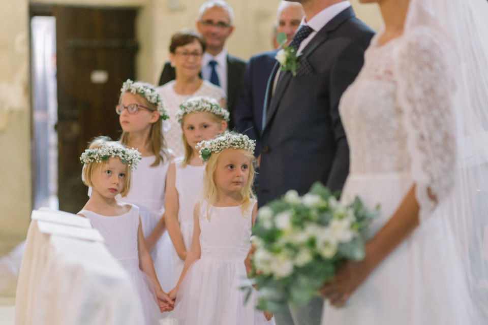 enfants d'honneur à l'église lors d'un mariage en isère