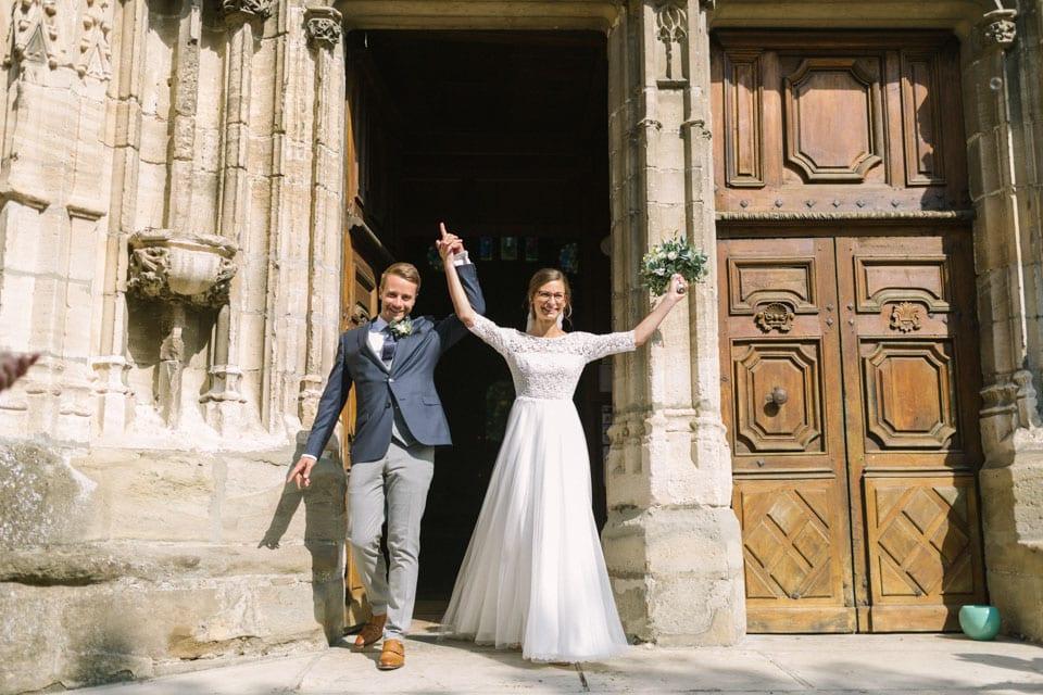 sortie des mariés après la cérémonie religieuse de mariage