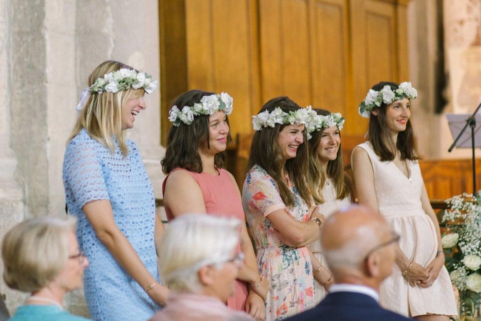 temoins de la mariée pendant la cérémonie religieuse de mariage