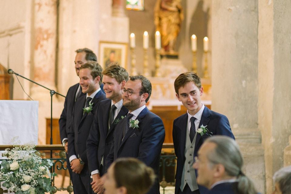 temoins du marié pendant la cérémonie religieuse de mariage