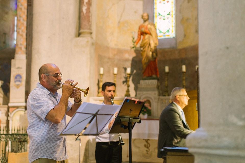 musiciens durant la cérémonie de mariage à l'abbatiale de saint chef