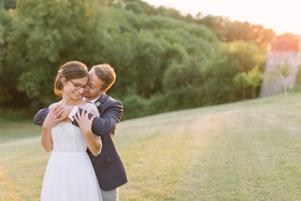photo de couple au soleil couchant chateau de chapeau cornu