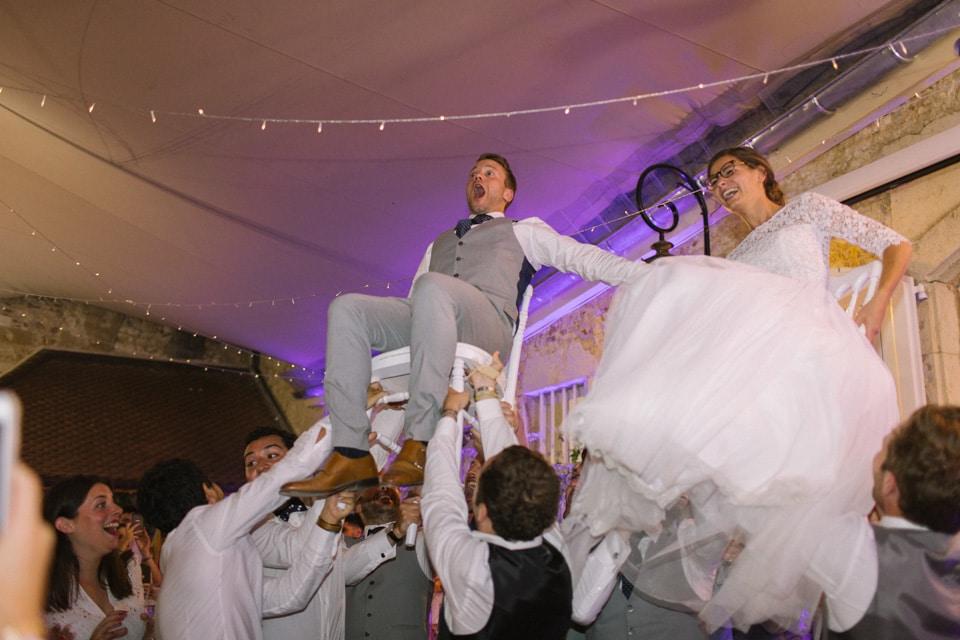 les mariés pendant la soirée chateau de chapeau cornu