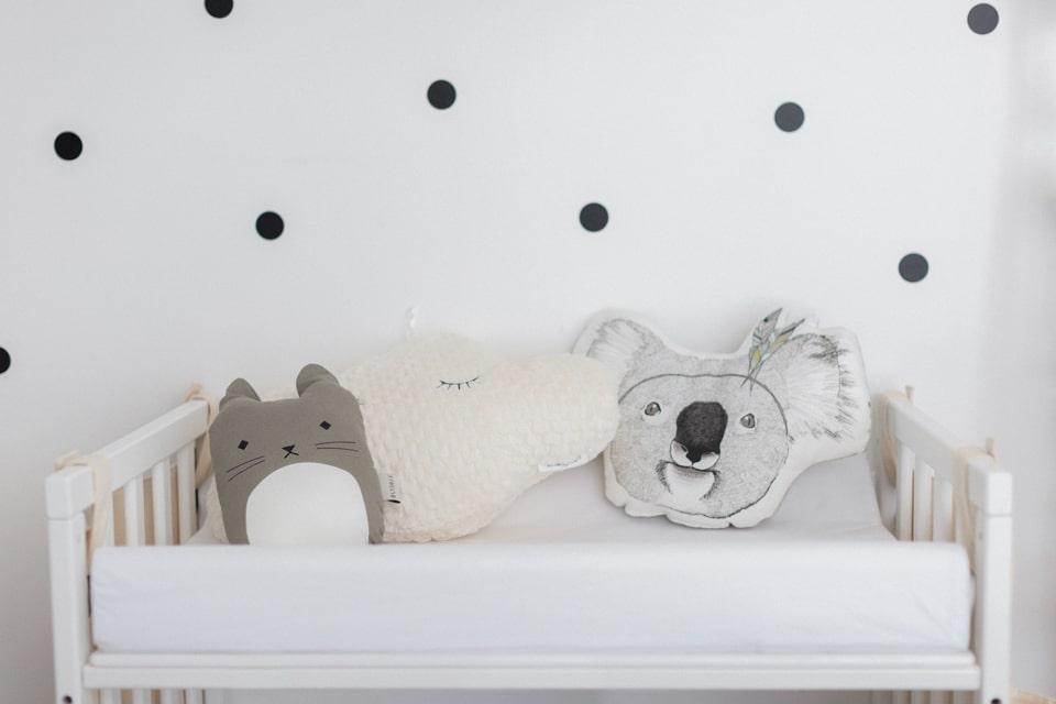 photos de la décoration de la chambre du bébé pendant la séance photo de naissance