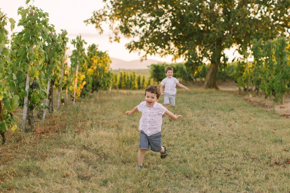 les enfants s'amusent pendant la séance photo