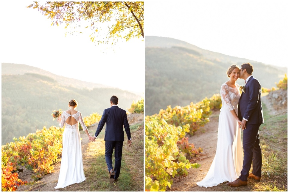 photo de couple des mariés dans les vignes du domaine de vavril en automne