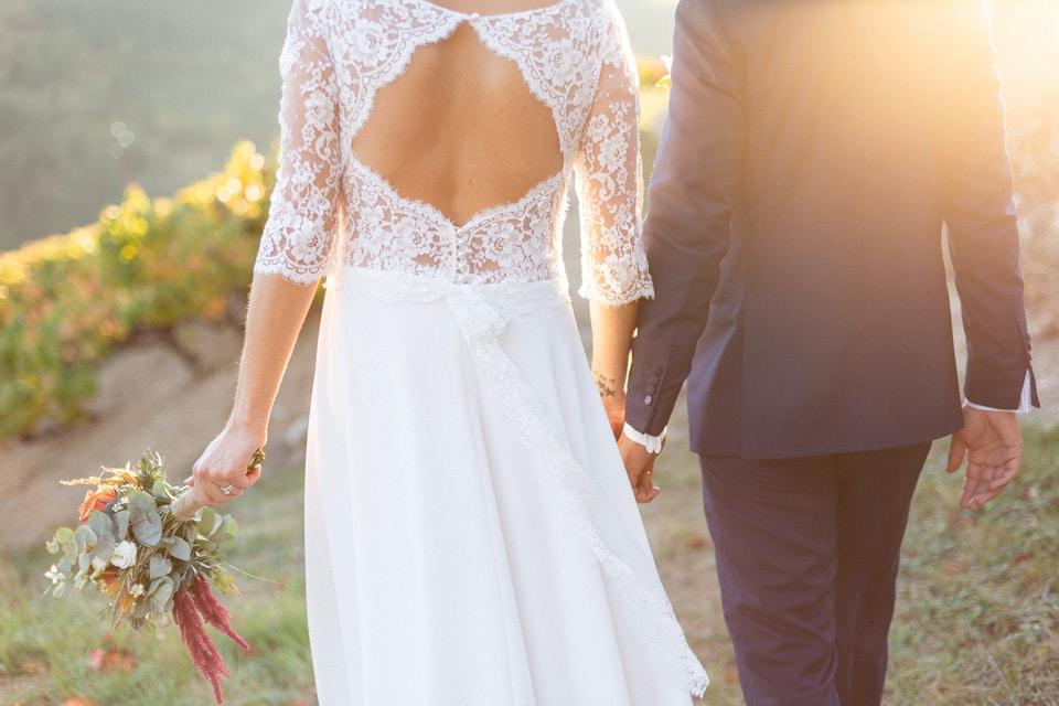 les mariés dans les vignes aux couleurs d'automne au domaine de vavril