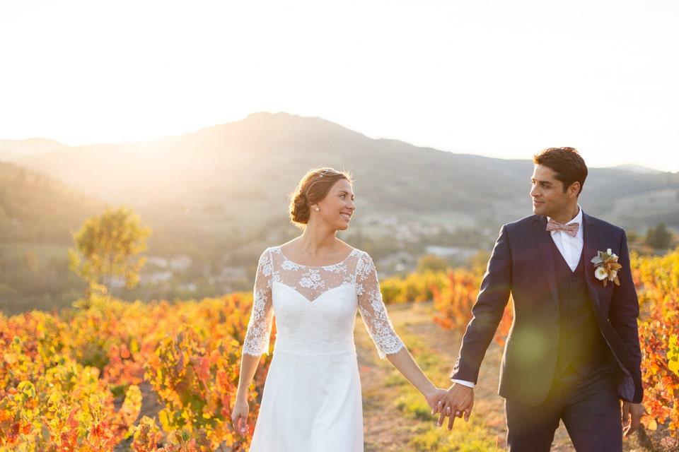 séance photo de couple des mariés dans les vignes du domaine de vavril en octobre