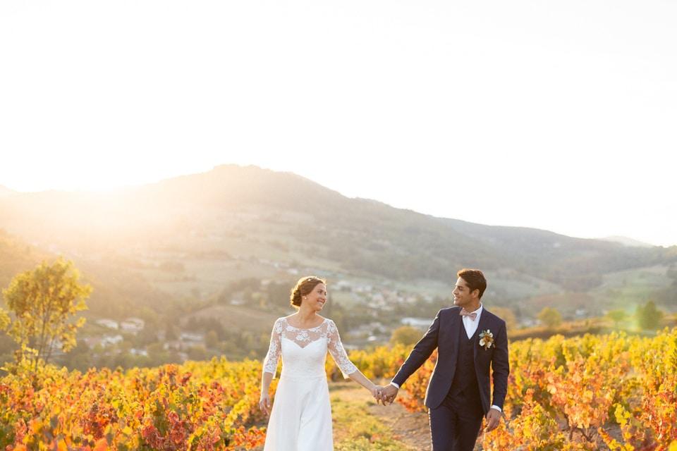 photo de mariage en automne dans les vignes au domaine de vavril