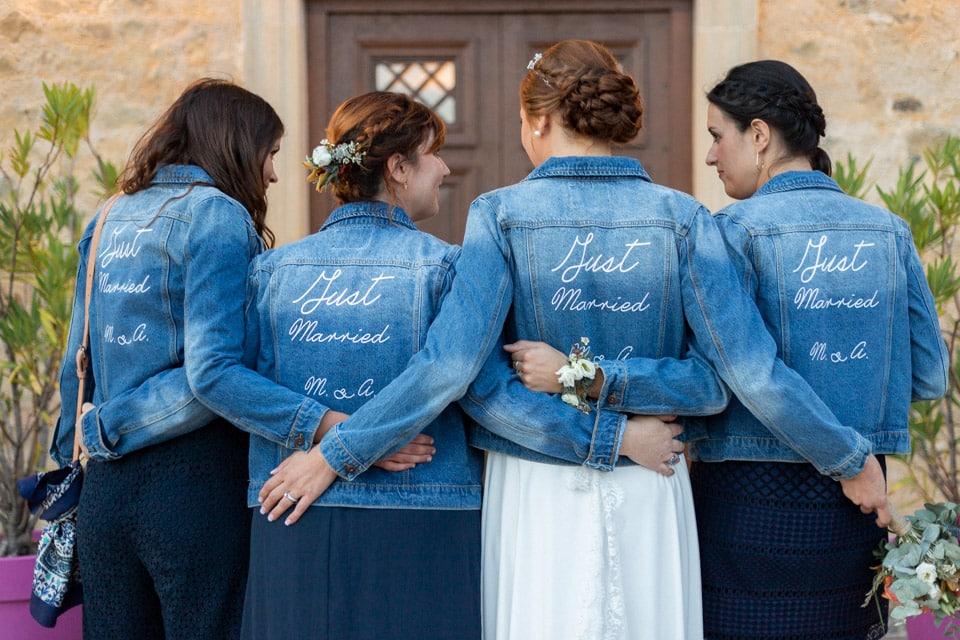 la mariée et ses témoins en blousons en jean assortis au domaine de vavril