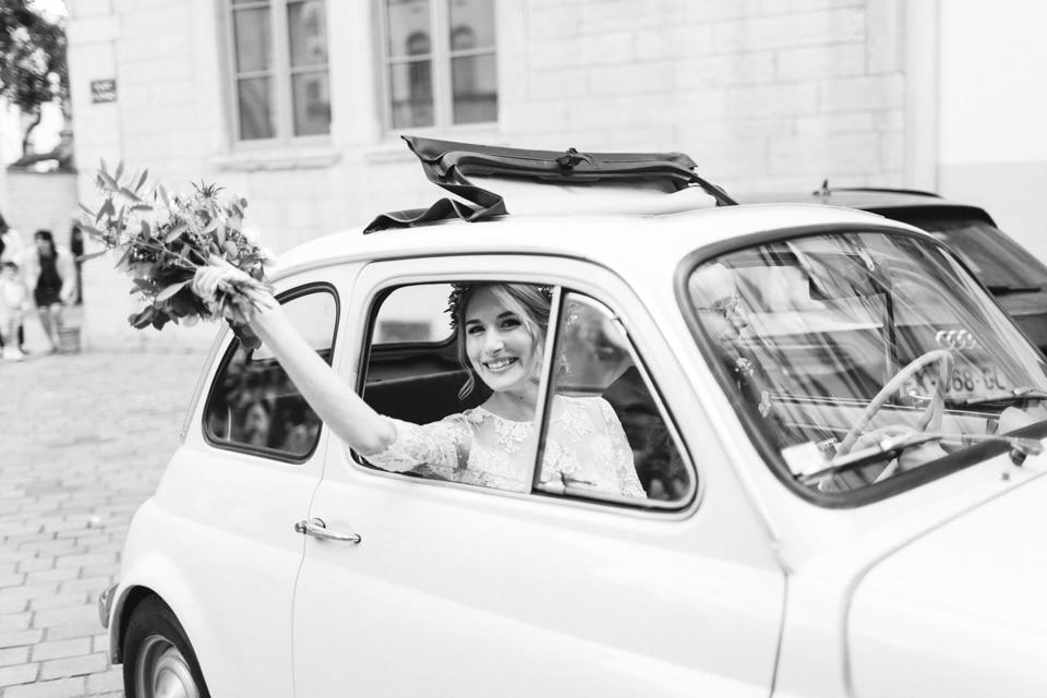 la voiture des mariés après la sortie d'église