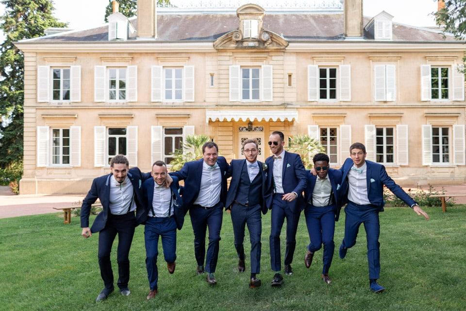 photo de groupe du marié et ses témoins