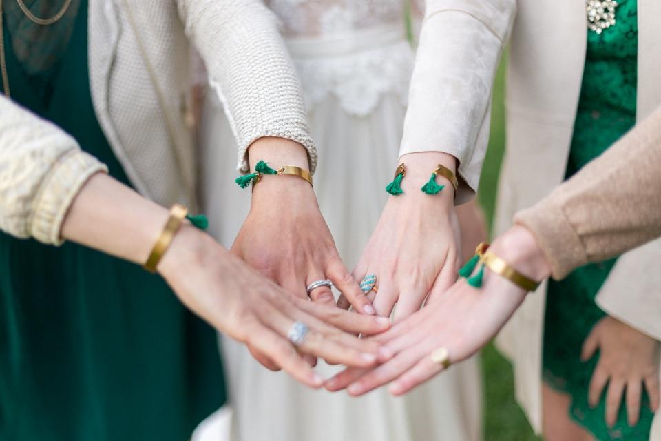 les témoins et leurs bracelets personnalisés offerts pour le mariage