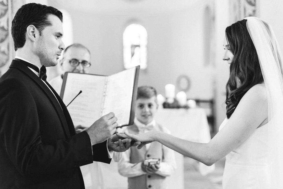 échange des alliances pendant la cérémonie de mariage dans le beaujolais
