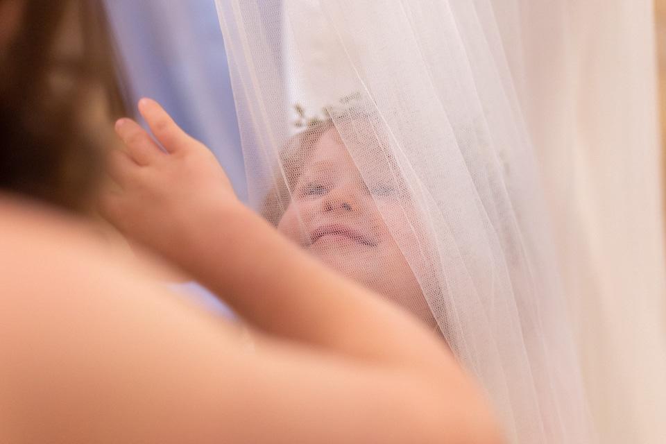 petite fille sous le voile de la mariée