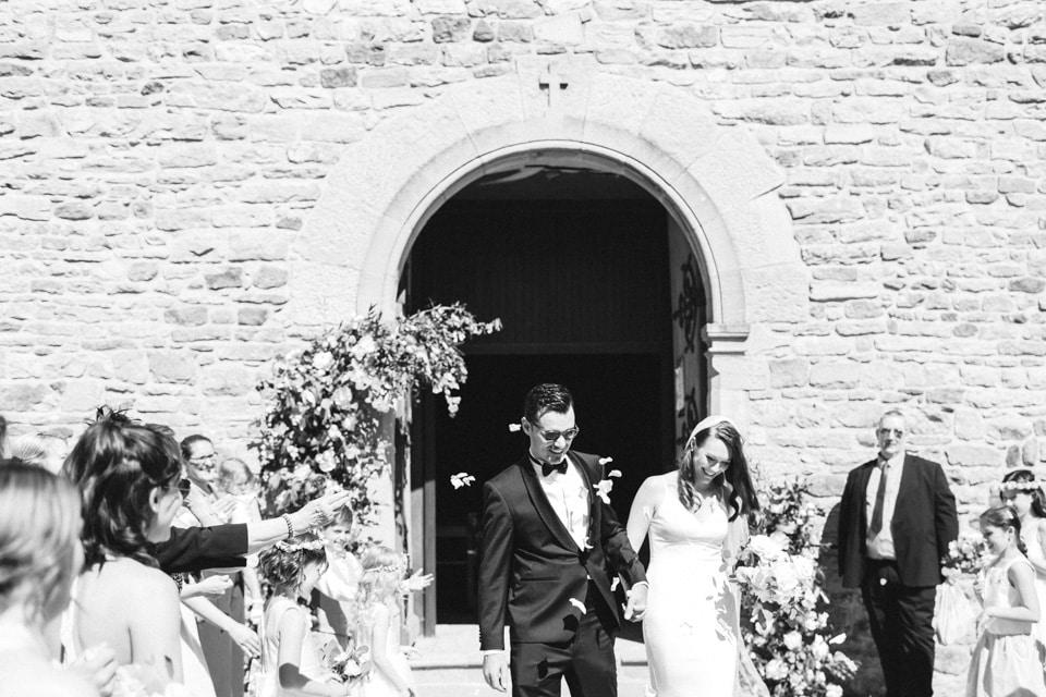 sortie des mariés à la fin de la cérémonie en noir et blanc