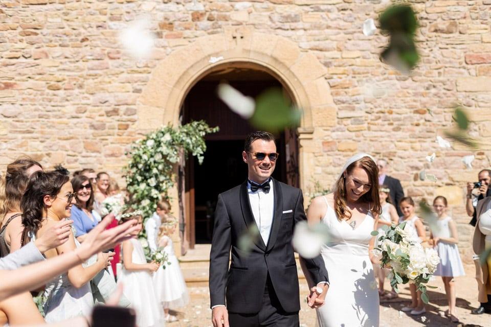 sortie des mariés à la fin de la cérémonie religieuse dans le beaujolais