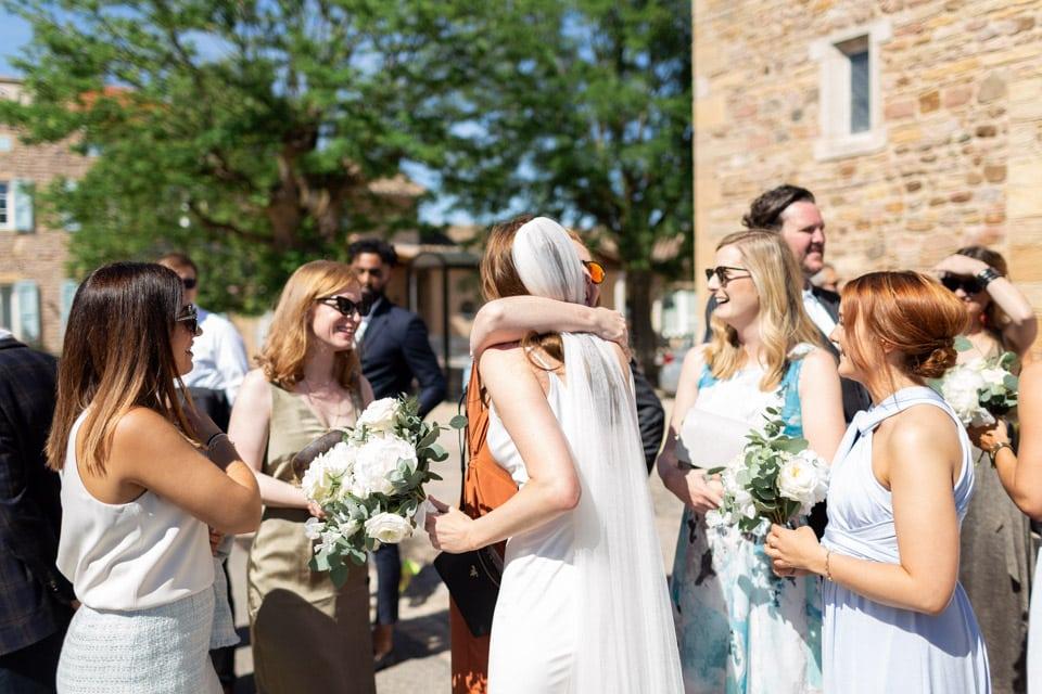 embrassades à la fin de la cérémonie religieuse du mariage