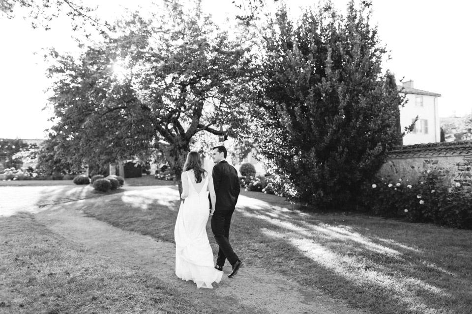 photo des mariés dans le parc du domaine de la javerniere en noir et blanc
