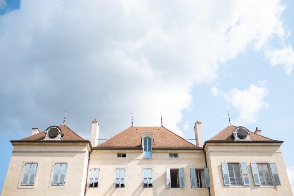 le chateau de barbirey sous un beau ciel bleu