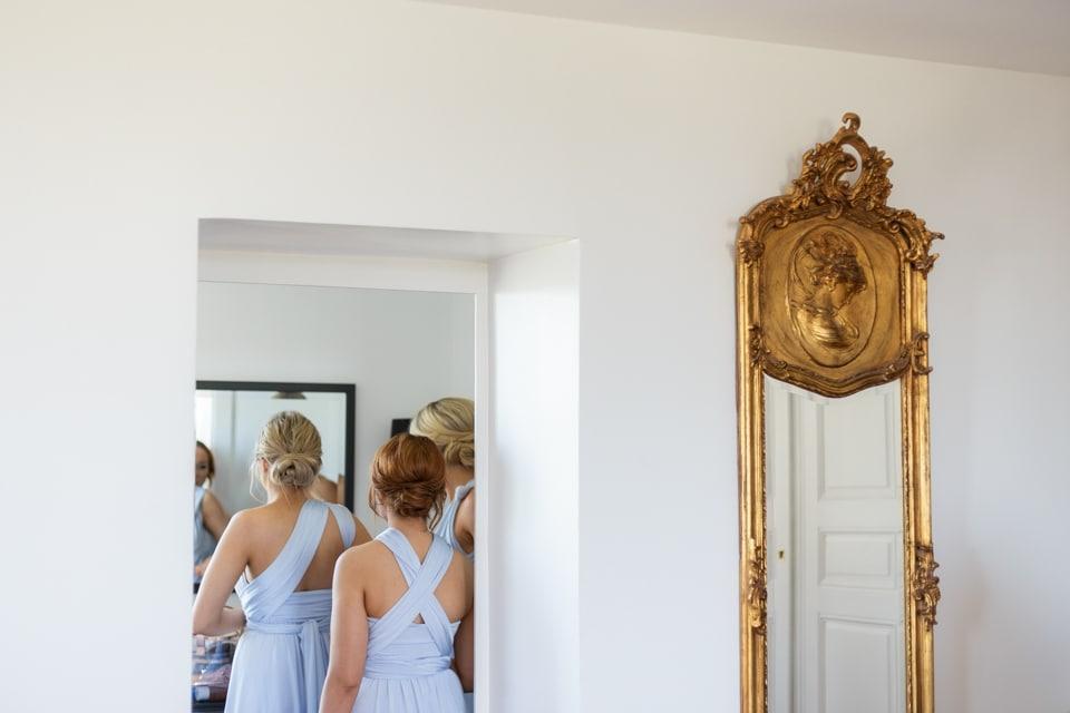 les demoiselles d'honneur se préparent dans leurs robes assorties à la javernière