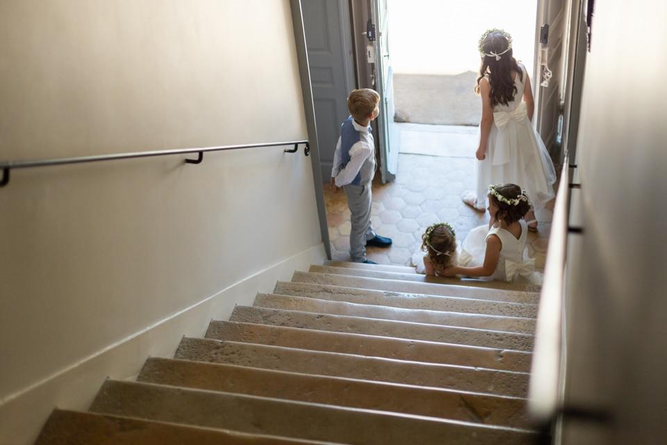 les enfants d'honneur attendent le départ dans le hall d'entrée du domaine la javerniere