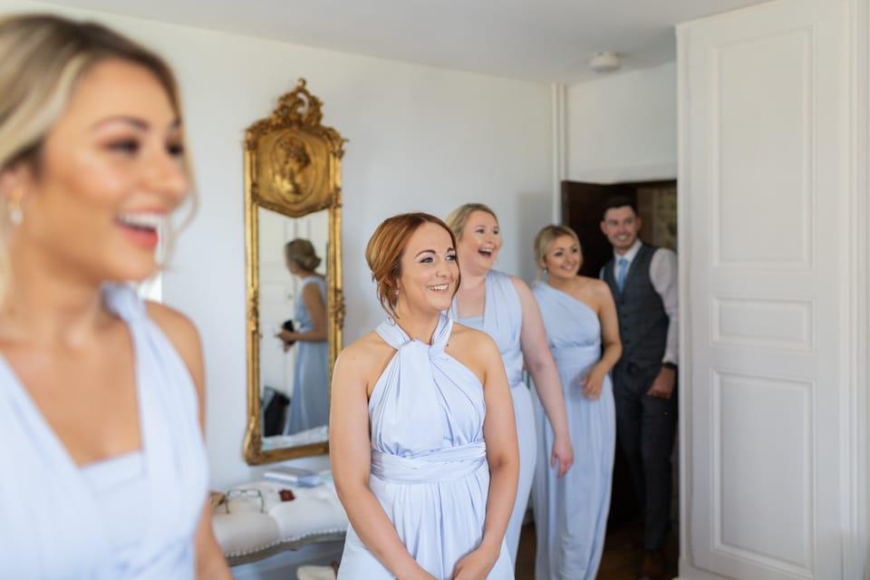 les demoiselles d'honneur découvrent la mariée