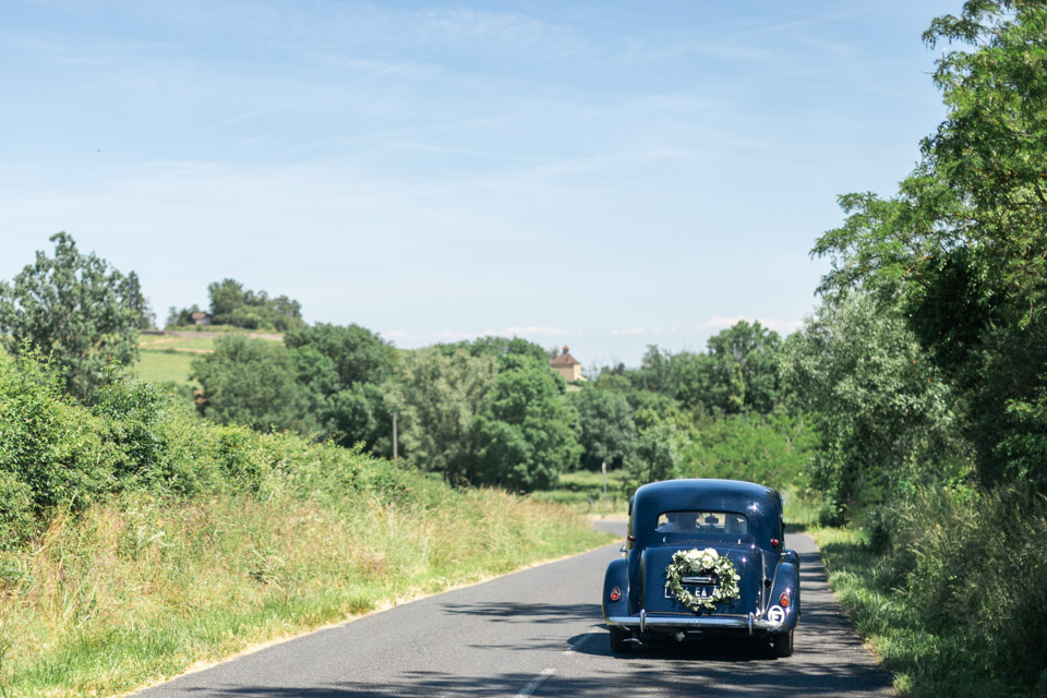 la mariée en route pour l'église dans le beaujolais
