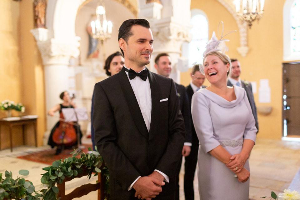 le marié attend l'arrivée de la mariée dans l'église
