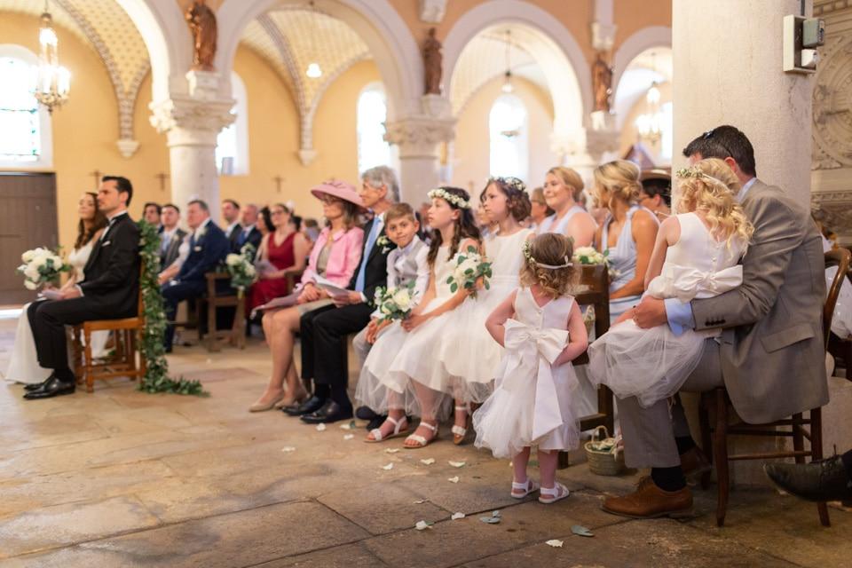 les enfants dans l'église pendant la cérémonie de mariage
