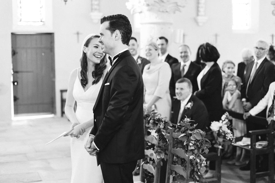 moment de complicité à l'église durant la cérémonie de mariage