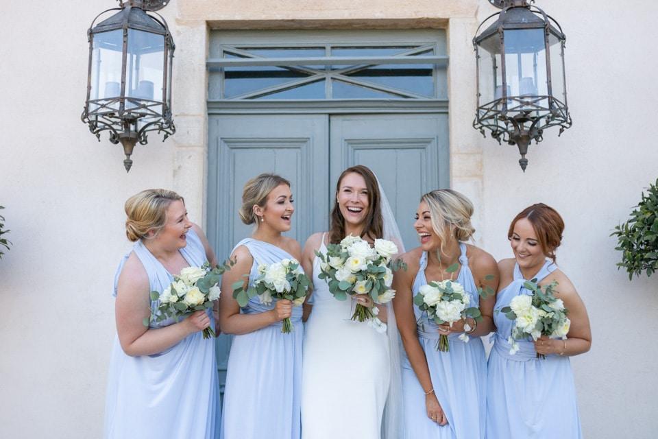 la mariée et ses demoiselles d'honneur en robes assorties à morgon la javernière