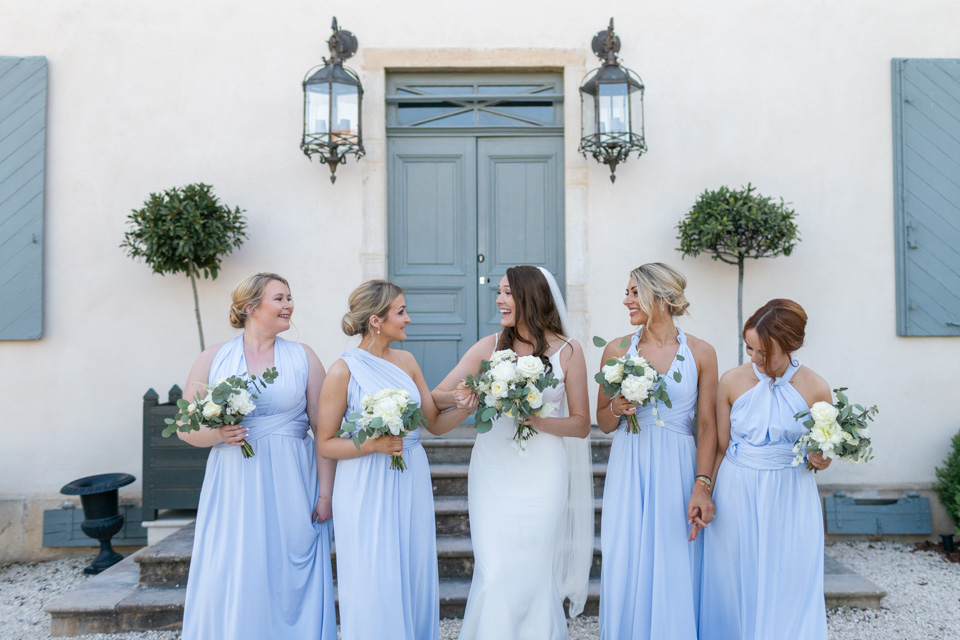 la mariée et ses demoiselles d'honneur en robes assorties au domaine la javerniere