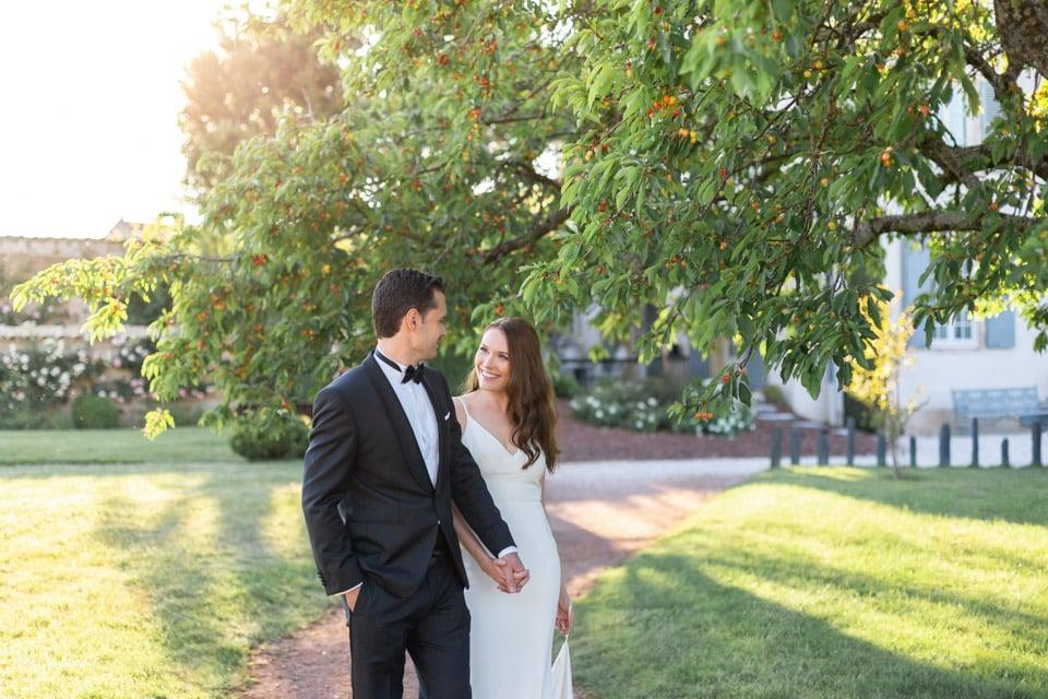 photo de couple des mariés sous un cerisier au domaine de la javerniere