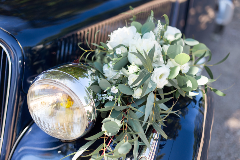 décoration de la voiture des mariés dans le beaujolais