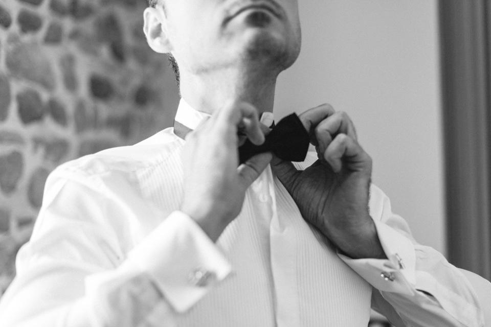 habillage du marié en noir et blanc