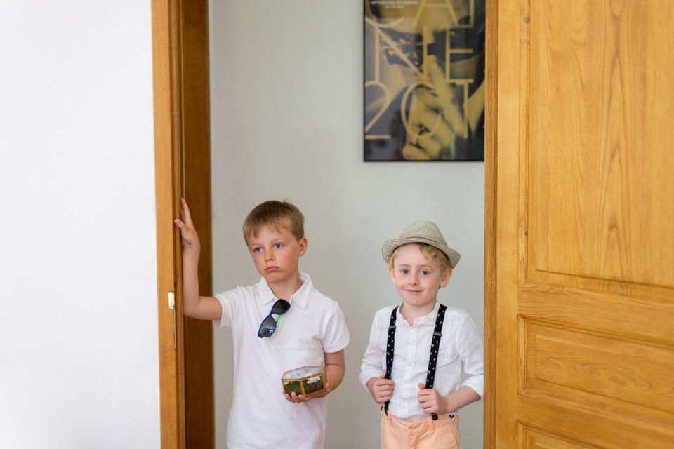 les enfants d'honneur s'impatientent pendant les préparatifs