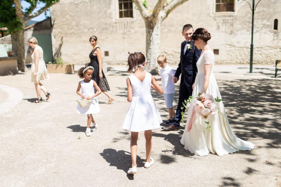 arrivée des mariés pour leur mariage civil dans la drome