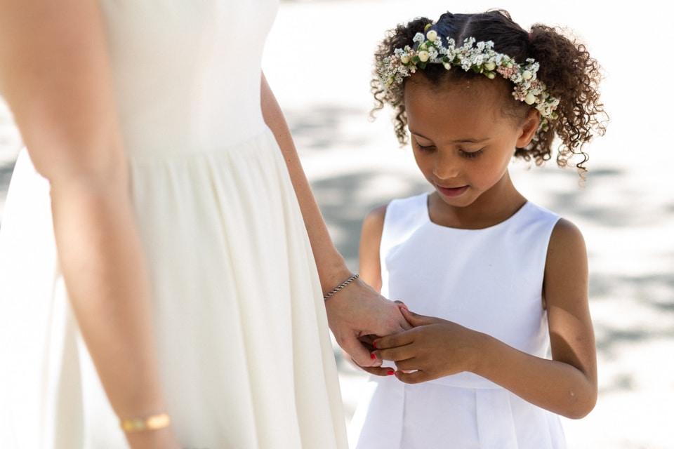 la mariée et un enfant d'honneur