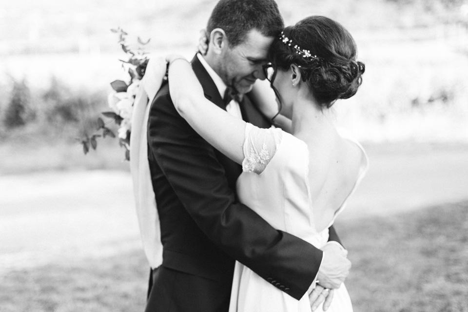 photo de couple des mariés en noir et blanc dans la drome