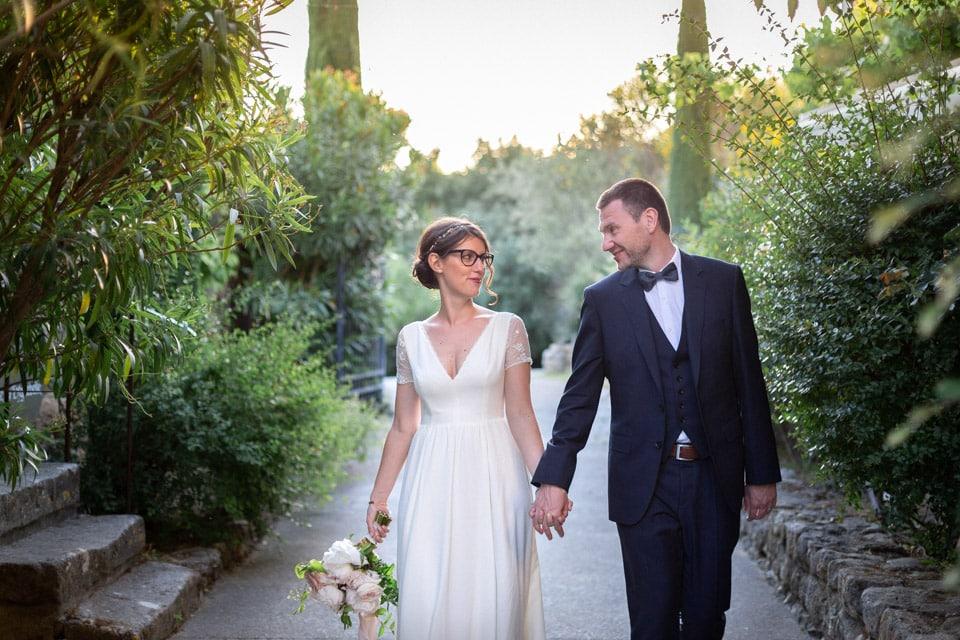 moment de complicité entre les mariés pendant les photos de couple
