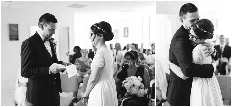 photo des mariés en noir et blanc à la mairie
