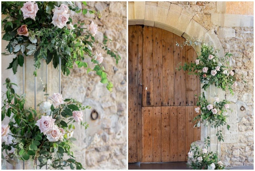 décoration florale d'une vieille porte dans la drome