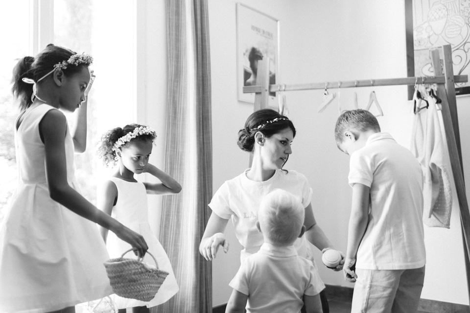habillage des enfants d'honneur pendant les préparatifs